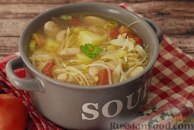 Фото приготовления рецепта: Суп с консервированной фасолью, капустой, помидорами и сельдереем - шаг №10