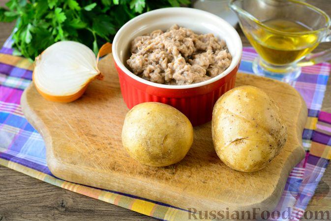 Фото приготовления рецепта: Рыбный салат с картофелем и луком - шаг №1