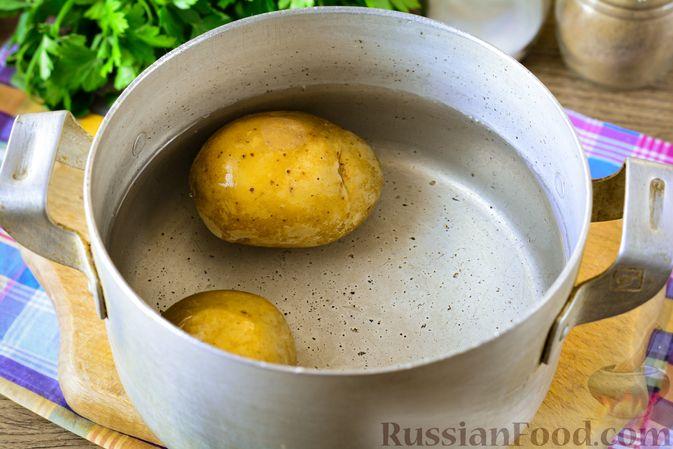 Фото приготовления рецепта: Рыбный салат с картофелем и луком - шаг №2