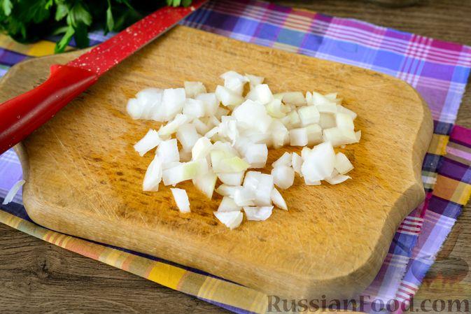 Фото приготовления рецепта: Рыбный салат с картофелем и луком - шаг №4