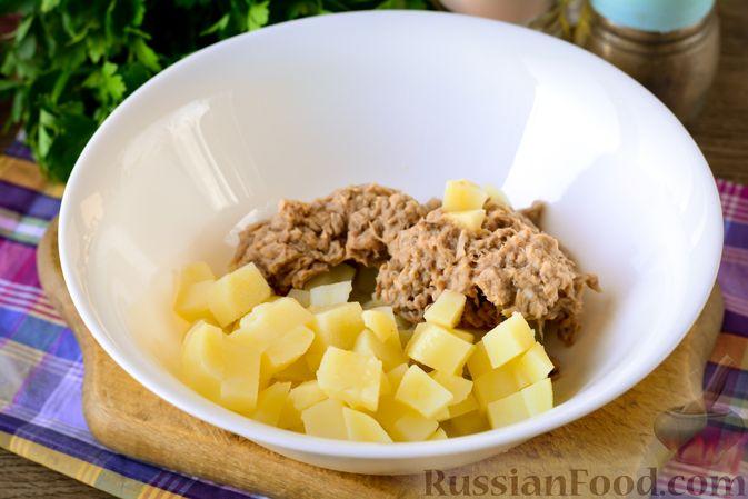 Фото приготовления рецепта: Рыбный салат с картофелем и луком - шаг №6