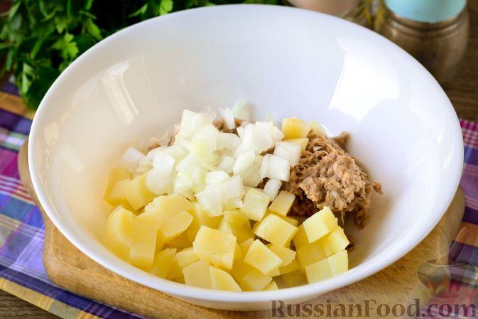 Фото приготовления рецепта: Рыбный салат с картофелем и луком - шаг №7
