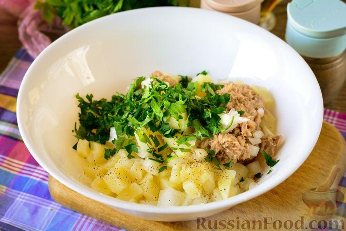 Фото приготовления рецепта: Рыбный салат с картофелем и луком - шаг №8