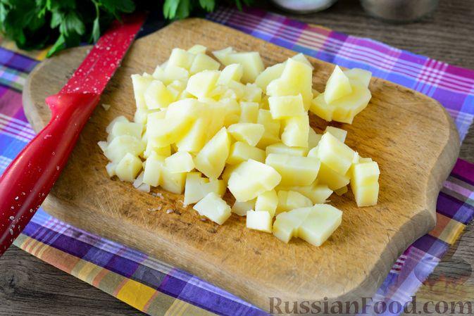 Фото приготовления рецепта: Рыбный салат с картофелем и луком - шаг №3