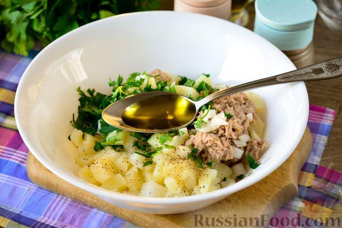 Фото приготовления рецепта: Рыбный салат с картофелем и луком - шаг №9