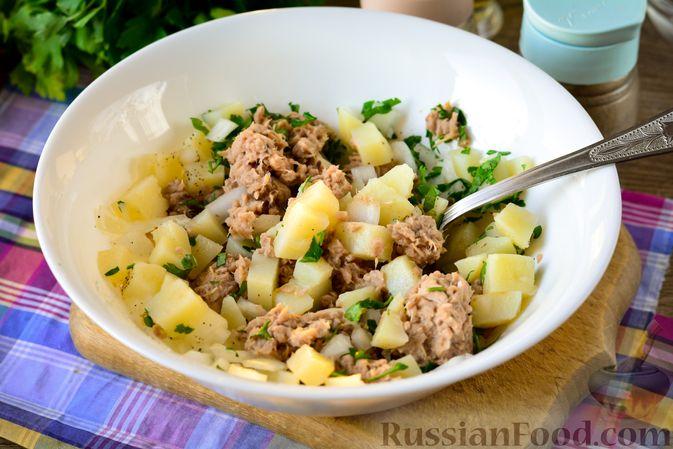Фото приготовления рецепта: Рыбный салат с картофелем и луком - шаг №10