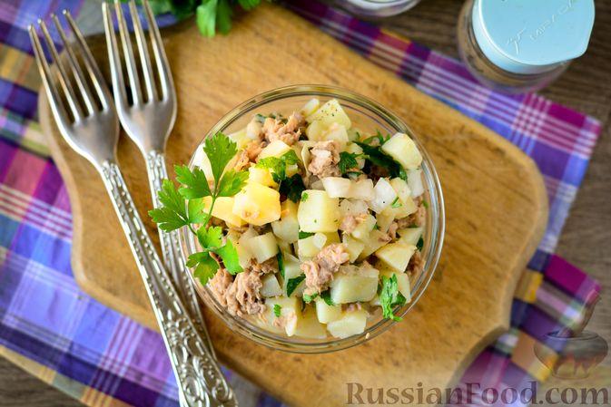 Фото приготовления рецепта: Рыбный салат с картофелем и луком - шаг №11