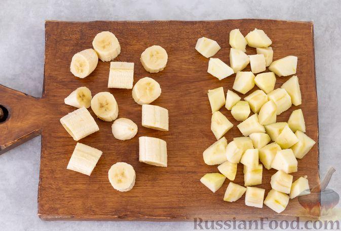Фото приготовления рецепта: Смузи-боул из бананов и яблок, с мёдом и какао - шаг №2