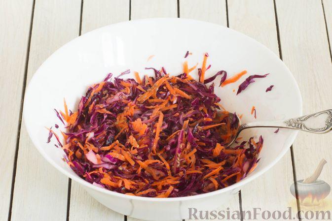Фото приготовления рецепта: Салат из краснокочанной капусты с морковью, сыром фета и семенами льна - шаг №6