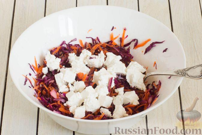 Фото приготовления рецепта: Салат из краснокочанной капусты с морковью, сыром фета и семенами льна - шаг №7