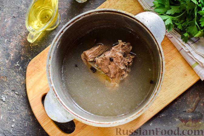 Фото приготовления рецепта: Мясной салат с консервированной фасолью, кукурузой, сладким перцем и морковью по-корейски - шаг №3