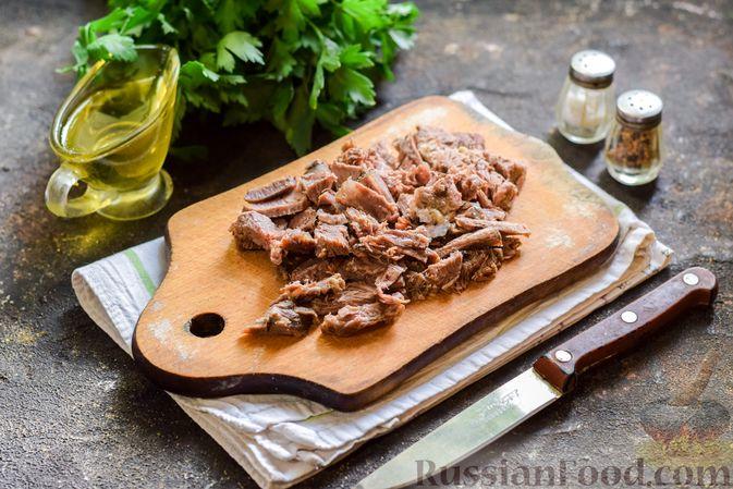 Фото приготовления рецепта: Мясной салат с консервированной фасолью, кукурузой, сладким перцем и морковью по-корейски - шаг №4
