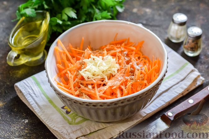Фото приготовления рецепта: Мясной салат с консервированной фасолью, кукурузой, сладким перцем и морковью по-корейски - шаг №6