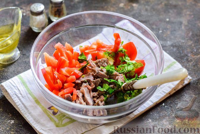 Фото приготовления рецепта: Мясной салат с консервированной фасолью, кукурузой, сладким перцем и морковью по-корейски - шаг №10