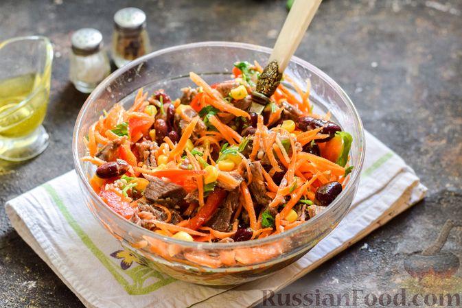 Фото приготовления рецепта: Мясной салат с консервированной фасолью, кукурузой, сладким перцем и морковью по-корейски - шаг №14