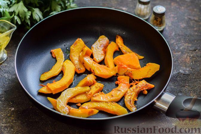 Фото приготовления рецепта: Омлет с тыквой и зеленью - шаг №5