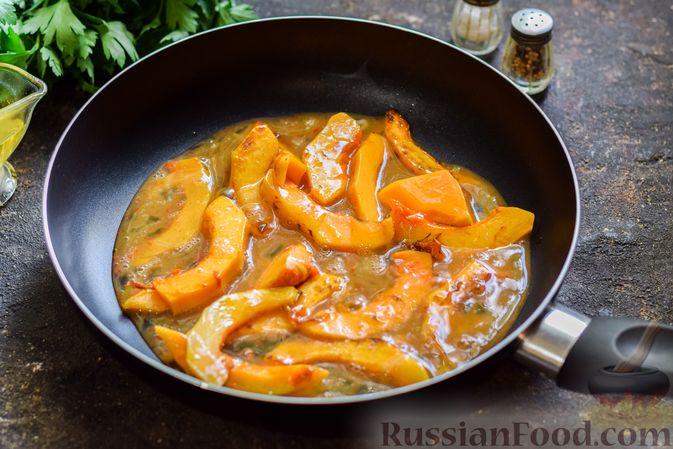 Фото приготовления рецепта: Омлет с тыквой и зеленью - шаг №6