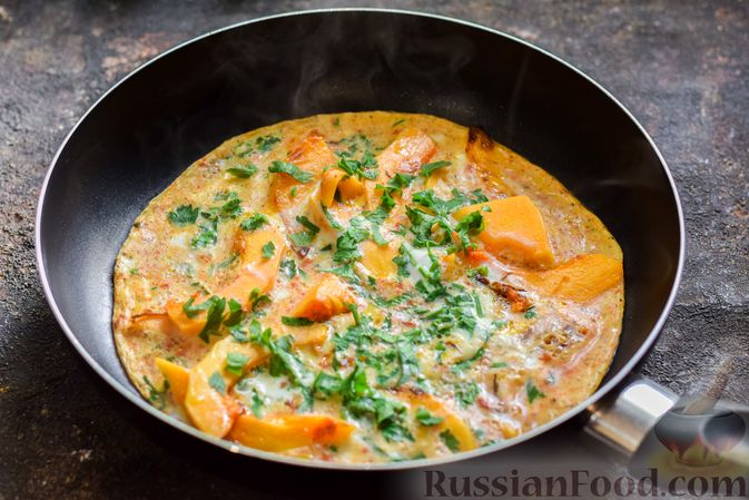 Фото приготовления рецепта: Омлет с тыквой и зеленью - шаг №8