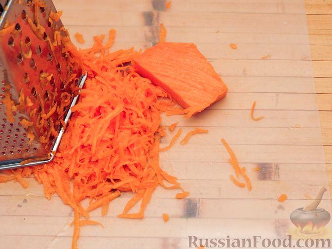 Фото приготовления рецепта: Закусочный тыквенный торт с соусом из майонеза, чеснока и укропа - шаг №2