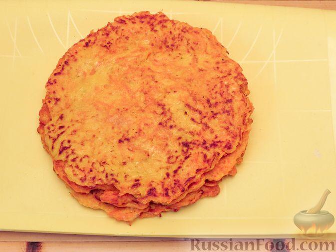 Фото приготовления рецепта: Закусочный тыквенный торт с соусом из майонеза, чеснока и укропа - шаг №10