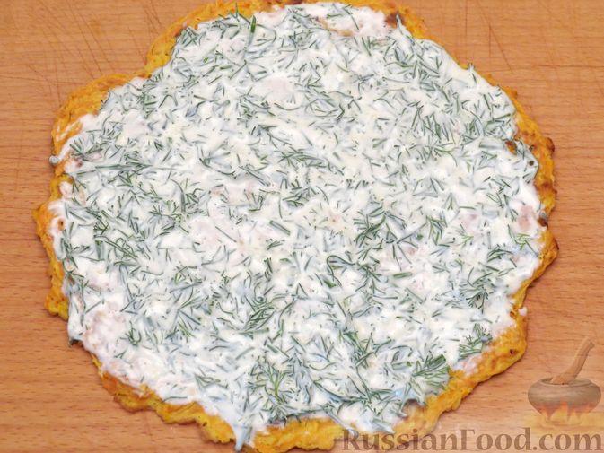 Фото приготовления рецепта: Закусочный тыквенный торт с соусом из майонеза, чеснока и укропа - шаг №11
