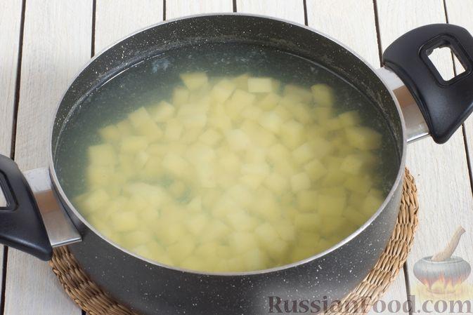 Фото приготовления рецепта: Постный рассольник с консервированной фасолью - шаг №6