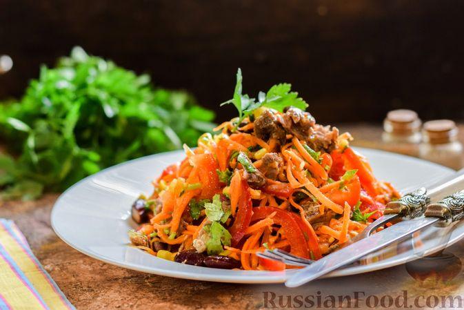 Фото к рецепту: Мясной салат с консервированной фасолью, кукурузой, сладким перцем и морковью по-корейски