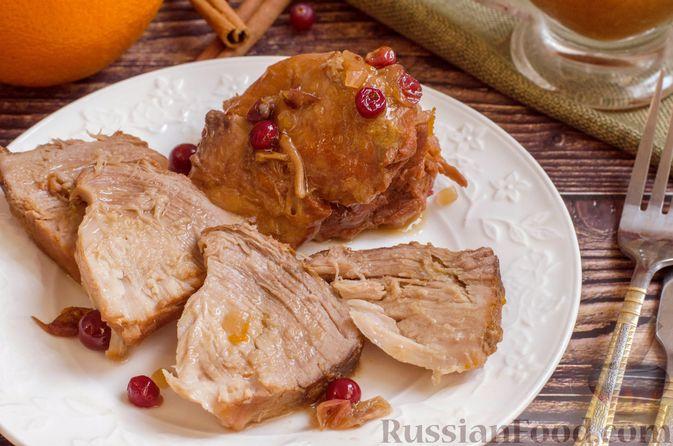 Фото к рецепту: Пряная свинина, тушенная с клюквой, апельсином и горчицей