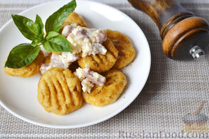 Фото к рецепту: Тыквенные ньокки со сливочно-сырным соусом с ветчиной