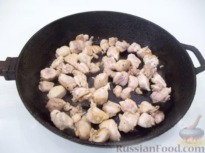 Фото приготовления рецепта: Кролик с вермишелью и морковью (на сковороде) - шаг №3