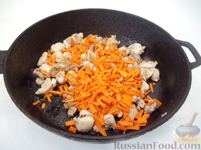 Фото приготовления рецепта: Кролик с вермишелью и морковью (на сковороде) - шаг №8