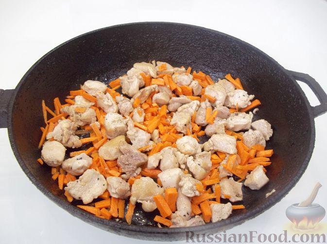 Фото приготовления рецепта: Кролик с вермишелью и морковью (на сковороде) - шаг №9