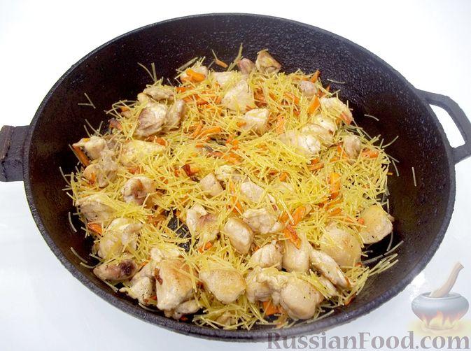 Фото приготовления рецепта: Кролик с вермишелью и морковью (на сковороде) - шаг №12