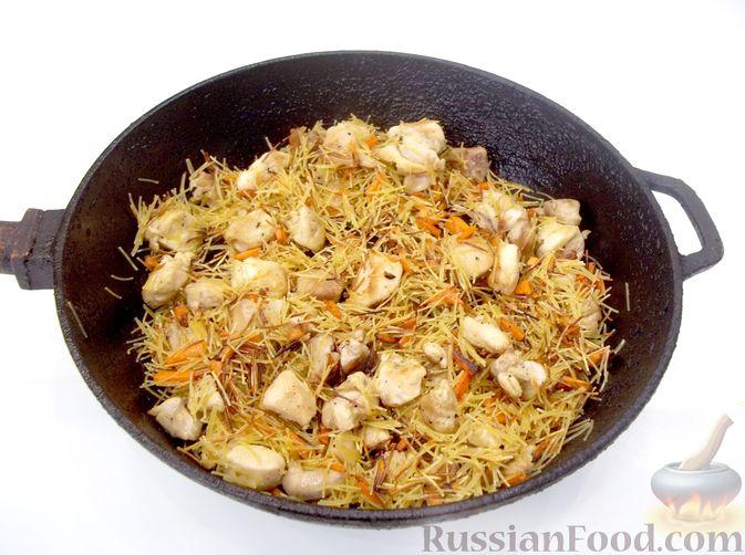Фото приготовления рецепта: Кролик с вермишелью и морковью (на сковороде) - шаг №13