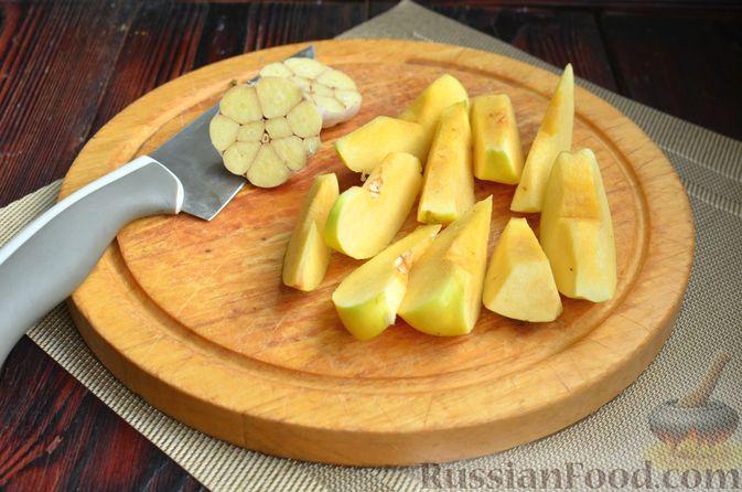 Фото приготовления рецепта: Картофель, запечённый с айвой и розмарином - шаг №2
