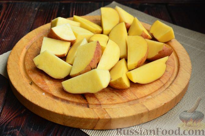 Фото приготовления рецепта: Картофель, запечённый с айвой и розмарином - шаг №3