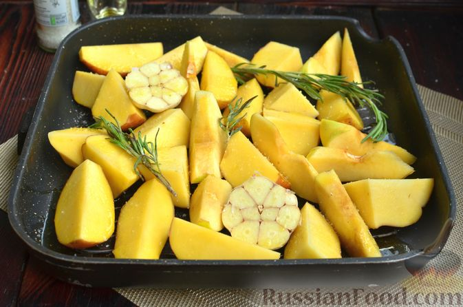 Фото приготовления рецепта: Картофель, запечённый с айвой и розмарином - шаг №4