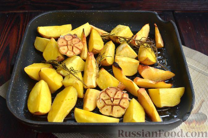 Фото приготовления рецепта: Картофель, запечённый с айвой и розмарином - шаг №5