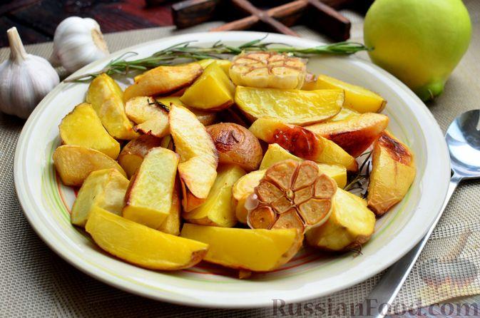 Фото приготовления рецепта: Картофель, запечённый с айвой и розмарином - шаг №7