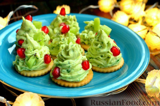 """Фото к рецепту: Закуска """"Ёлочки"""" на крекерах, с плавленым сыром, яйцом и зеленью"""