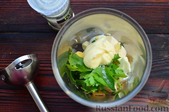 """Фото приготовления рецепта: Закуска """"Ёлочки"""" на крекерах, с плавленым сыром, яйцом и зеленью - шаг №3"""