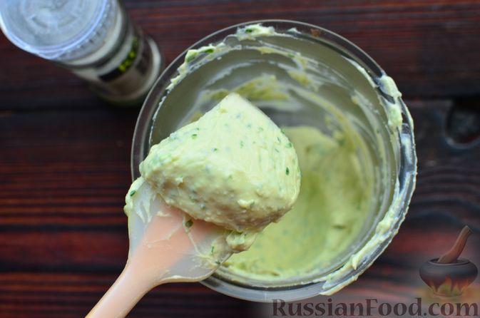 """Фото приготовления рецепта: Закуска """"Ёлочки"""" на крекерах, с плавленым сыром, яйцом и зеленью - шаг №4"""