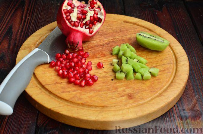 """Фото приготовления рецепта: Закуска """"Ёлочки"""" на крекерах, с плавленым сыром, яйцом и зеленью - шаг №7"""
