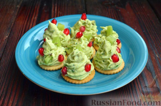 """Фото приготовления рецепта: Закуска """"Ёлочки"""" на крекерах, с плавленым сыром, яйцом и зеленью - шаг №8"""