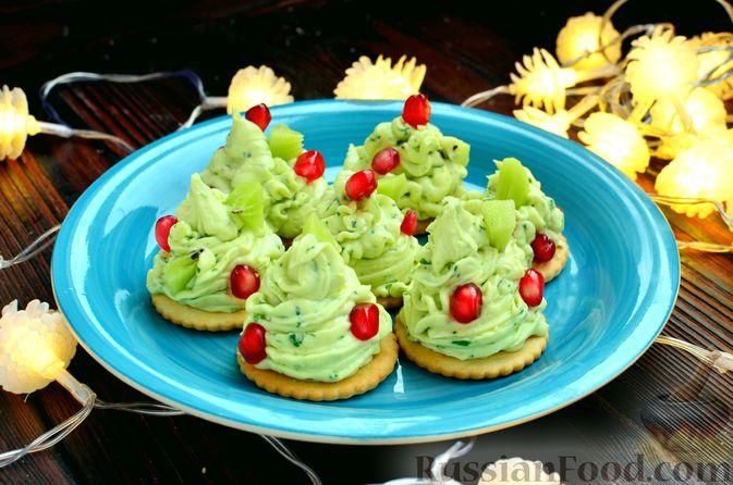 """Фото приготовления рецепта: Закуска """"Ёлочки"""" на крекерах, с плавленым сыром, яйцом и зеленью - шаг №9"""