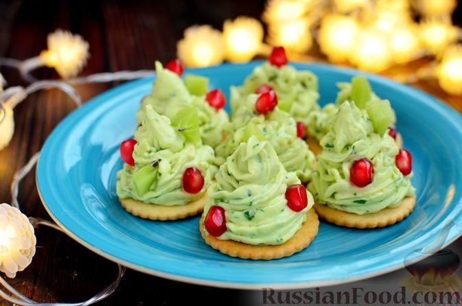 """Фото приготовления рецепта: Закуска """"Ёлочки"""" на крекерах, с плавленым сыром, яйцом и зеленью - шаг №10"""