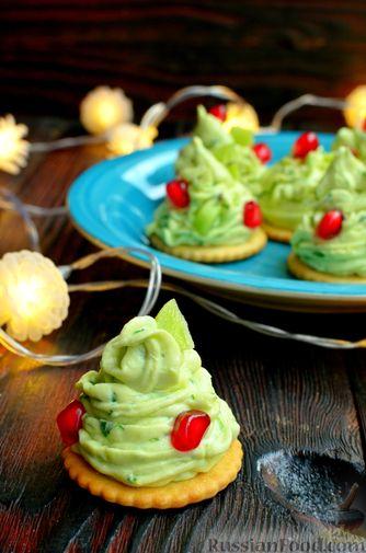 """Фото приготовления рецепта: Закуска """"Ёлочки"""" на крекерах, с плавленым сыром, яйцом и зеленью - шаг №11"""