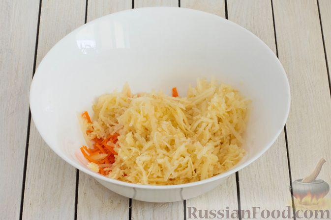 Фото приготовления рецепта: Салат из моркови с айвой, арахисом и медовой заправкой - шаг №4