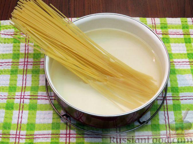 Фото приготовления рецепта: Омлет со спагетти и сыром - шаг №2