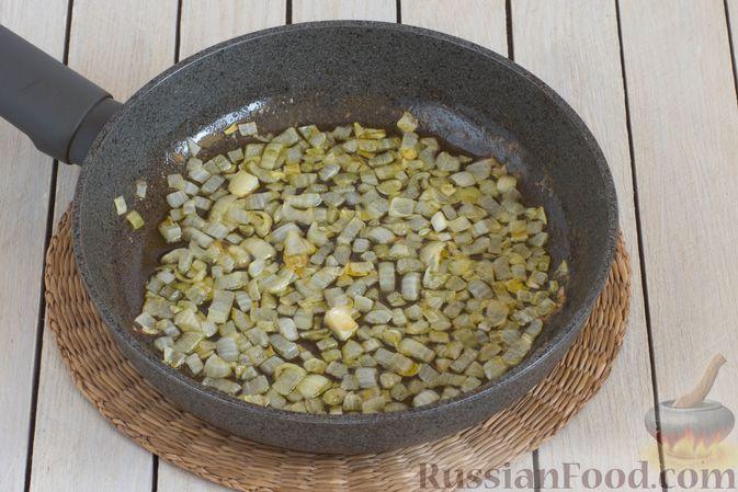 Фото приготовления рецепта: Постные кукурузные лепёшки с жареным луком и зеленью (на сковороде) - шаг №4